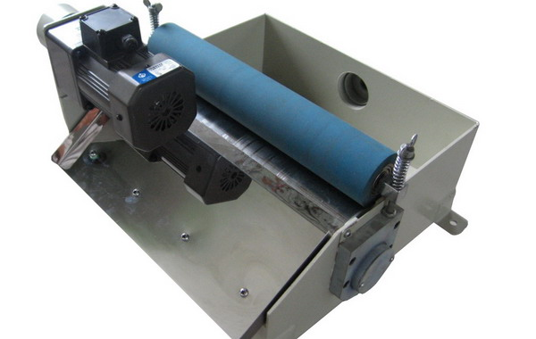 首先,介绍下纸带过滤器的原理:主要是利用无纺布将液体中的固体分离掉,从而达到过滤效果,目前应用比较多的纸带过滤器一般有几种:平网式纸带过滤机、鼓式纸带过滤机、弧网纸带过滤机、负压纸带过滤机,大多是靠重力分离、过滤的。 其次,磨床下来的屑无非两种:一是铁屑粉末,二是砂轮粉末,那么如果只用纸带过滤机,完全可以达到过滤效果,过滤精度一般为25-30微米左右。过滤机上的无纺布可以隔离掉几乎所有的杂质,从而达到过滤、净化的效果。这是我们从过滤方面来讲的。但纸带过滤机是依靠无纺布过滤的,这种过滤机使用的无纺布是一种