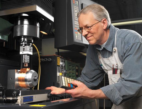 世界上首台微型电脑数控放电加工机