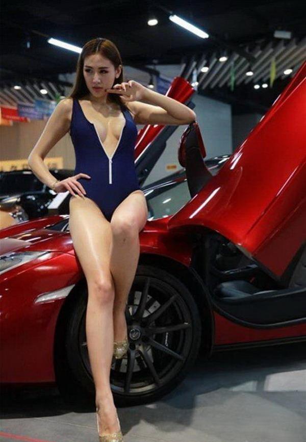 车模邹晶晶大尺度对比台湾车模深沟